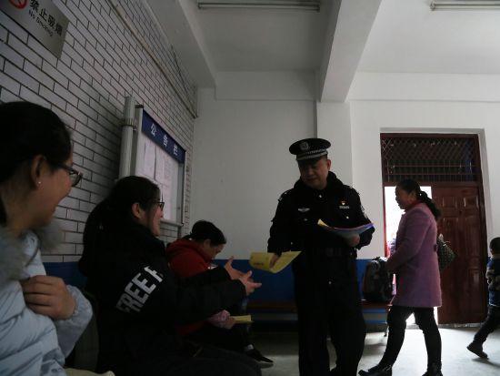 年终岁末候车室旅客多起来了,范雪艳也见缝插针给大家进行安全宣传。