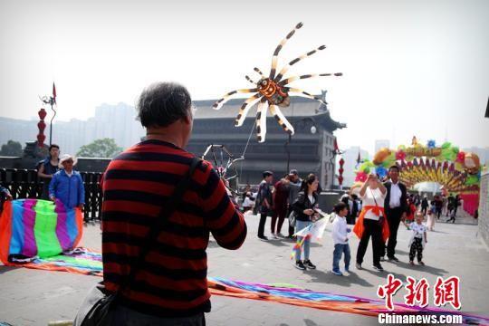 图为西安城墙大唐风筝节现场放飞的风筝。 张一辰 摄