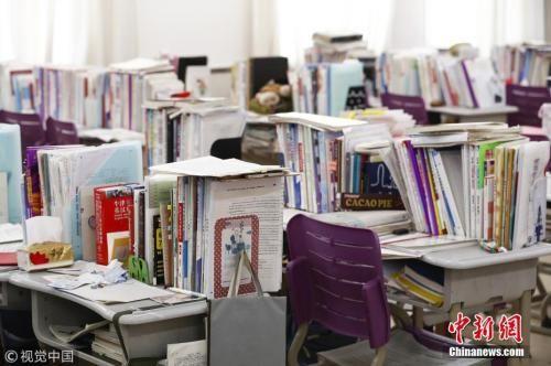 资料图:2月25日,太原,在高三年级教室内,书桌上摆放着各类学习资料及励志标语,如同图书馆。胡远嘉 摄 图片来源:视觉中国