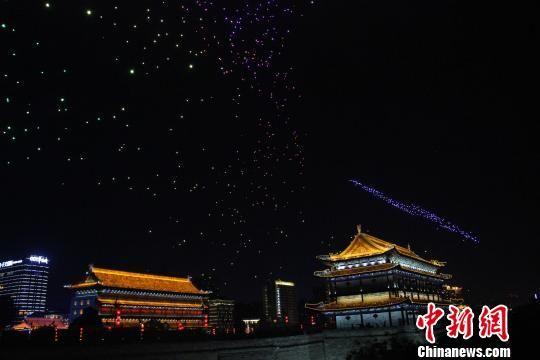 """图为5月1日晚,西安无人机表演出现""""乱码""""。 张一辰 摄"""