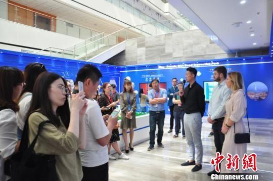 图为外国客商接受采访。 沣东新城供图