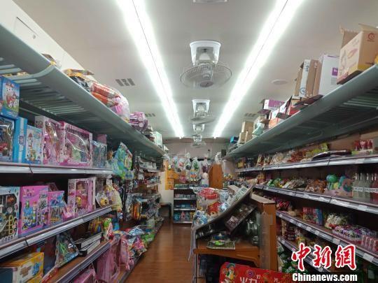 """图为""""火车超市""""内部摆放的商品。 史雪枫 摄"""