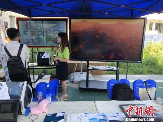 图为教育科技公司在学校内展示产品。 张远 摄