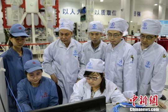 北斗二号卫星副总师刘波与研制人员进行技术讨论。 中国航天科技集团五院西安分院 摄