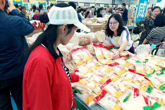 民众参观购买相关农产品。 田进 摄