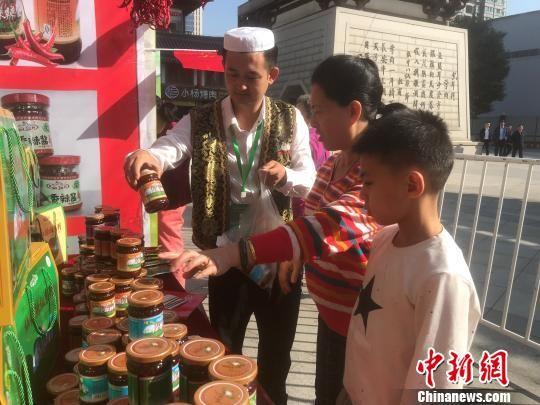 图为西安市民在大集上选购商品。 胡友军 摄
