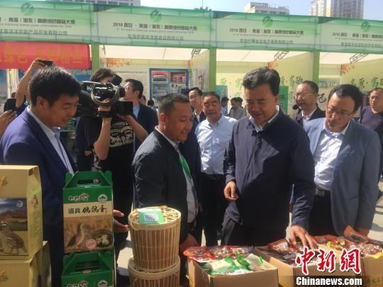 图为青海省人大常委会副主任、海东市委书记鸟成云与参展商交流,了解了产品的详情。 胡友军 摄