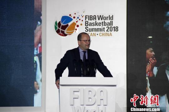 图为国际篮联秘书长、国际奥委会委员帕特里克 鲍曼在开幕式发表主旨演讲。 张一辰 摄