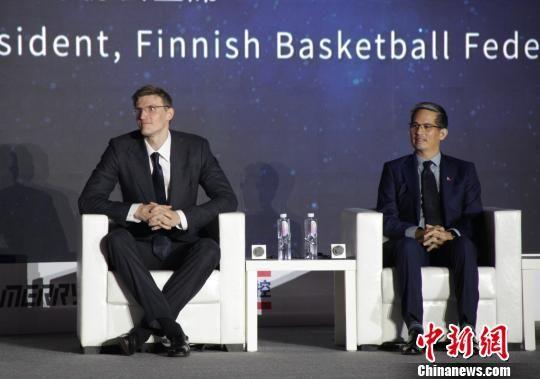 图为菲律宾篮协主席阿尔?潘利略(右)与俄罗斯篮协主席安德烈?基里连科(左)在峰会开幕式现场。 张一辰 摄