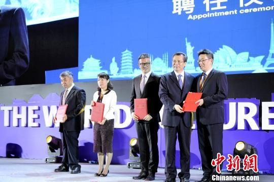 """4人获颁""""西安市政府旅游发展顾问""""聘书。高庆国 摄"""