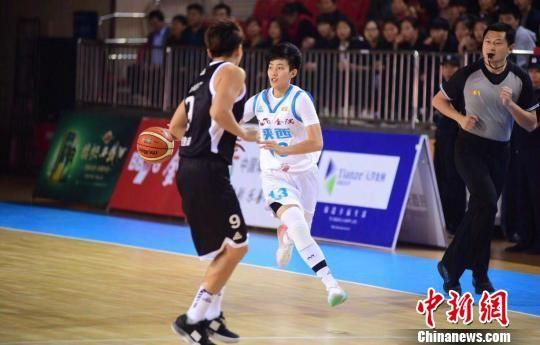 图为陕西天泽体彩女篮队员(白色球衣)组织进攻。 张一辰 摄