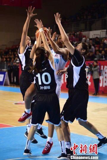 图为江苏女篮队员队在内线包夹陕西队外援威尔森。 张一辰 摄