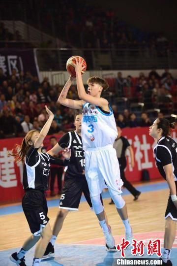 图为陕西天泽体彩女篮队员(白色球衣)篮下跳投。 张一辰 摄