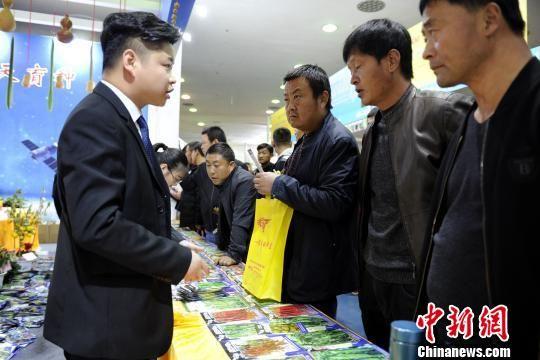 展馆内的展商与参会民众。 高庆国 摄