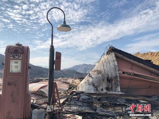 图为烧毁的房屋废墟。中新社记者 张朔 摄
