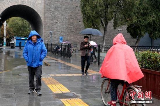 资料图:市民身着厚衣物出行。 中新社记者 张远 摄