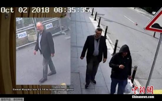 当地时间10月23日,在贾马尔・卡舒吉从沙特驻土耳其伊斯坦布尔领事馆消失21天后,土耳其总统埃尔多安公布了对这位沙特记者失踪死亡案的调查结果:卡舒吉被一支由15人组成的沙特小组预谋杀害,目前尚未找到其遗体。图为CNN独家发布的视频显示,一名男子(右)穿着卡舒吉衣服,假扮成他。
