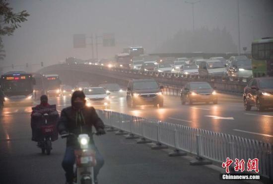 11月14日,北京市民在重污染天气出行。 中新社记者 贾天勇 摄