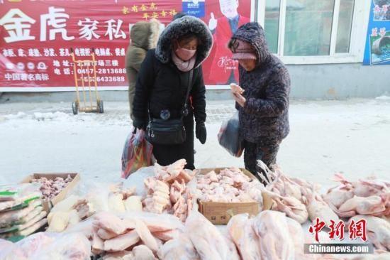 天气越来越冷,冻货已经摆上漠河市街头。文/王景阳 姜辉 图/王景阳