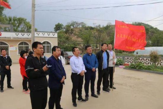 子长县委宣传部副部长、通讯组长、微电影《敲门》的总策划拓乃章(左三)深入扶贫一线搜集素材
