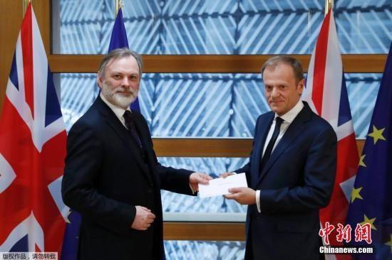 """资料图:2017年3月29日午间,英国启动""""脱欧""""程序的信函被递交至欧洲理事会主席图斯克手中。"""