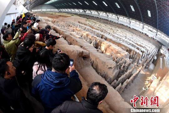 游客参观兵马俑。 张天柱 摄
