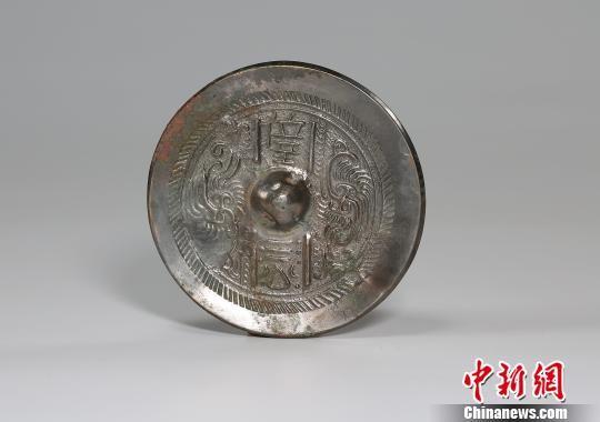 图为铜镜。陕西省考古研究院 供图