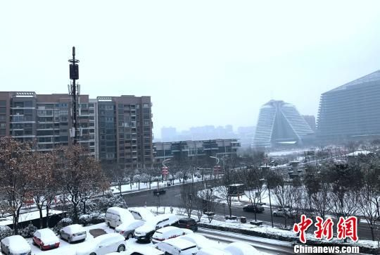 图为农历大年初六,西安迎来一场降雪。张一辰摄