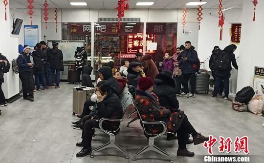 图为西安火车站夜间部分到站旅客,在旅客服务中心避寒休息。西安火车站地区管委会供图
