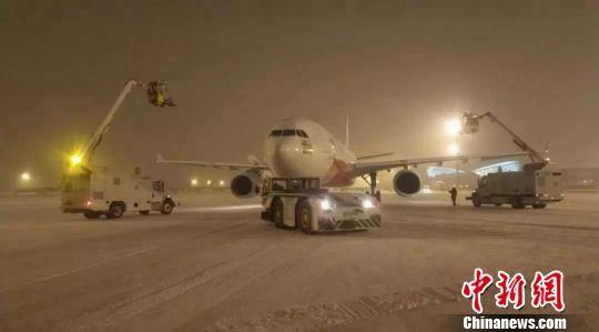 西安咸阳国际机场积极应对降雪寒潮天气。供图