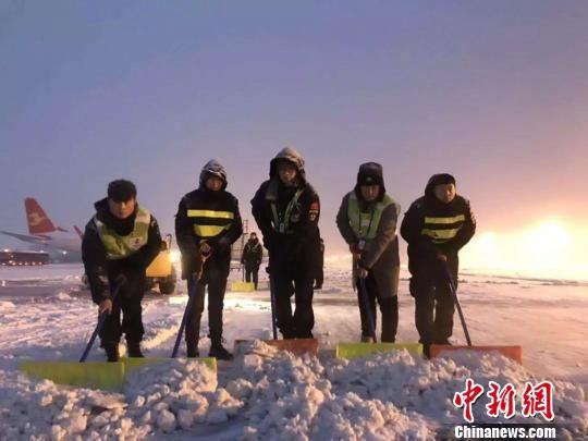 西安咸阳机场全力以赴清除机坪和场区道路冰雪。供图