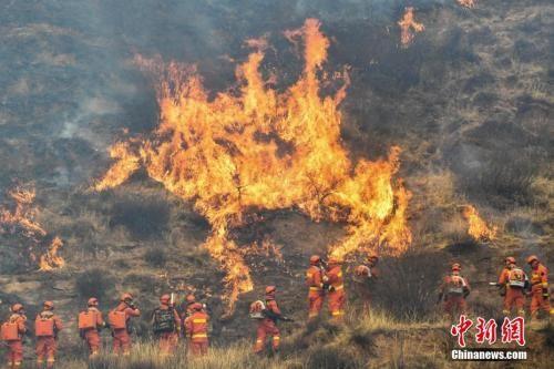 资料图:山西沁源发生森林火灾,消防指战员正在进行灭火作业。武俊杰 摄