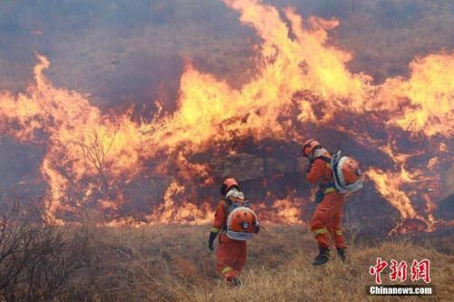3月30日内蒙古锡林郭勒盟森林消防支队驰援山西省沁源县森林火灾现场。 内蒙古锡林郭勒盟森林消防支队供图