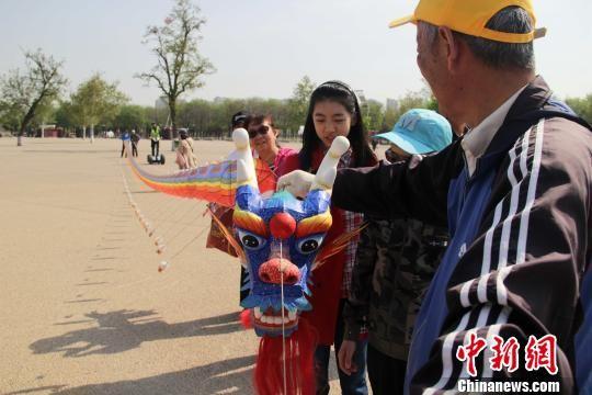 图为长30余米的龙形风筝。 张一辰 摄
