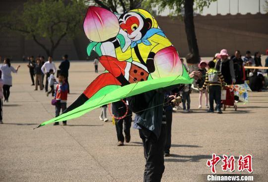 图为风筝爱好者制作的西游记主题风筝。 张一辰 摄