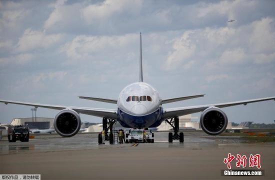 资料图:波音787梦想飞机(Boeing 787 Dreamliner),是波音公司最新型号的宽体中型客机,由波音民用飞机集团负责开发,于2011年投入服务。787在典型3级舱等配置下可载242至395人。燃料消耗方面,787比起767更省油,效益高出20%。此外在用料方面,787是首款主要使用复合材料建造的主流客机。也是波音公司第二款使用线传飞控之飞机,并可轻易地从777转训至787。