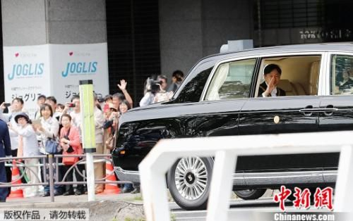当地时间5月1日上午,德仁乘车抵达即位仪式举办地。