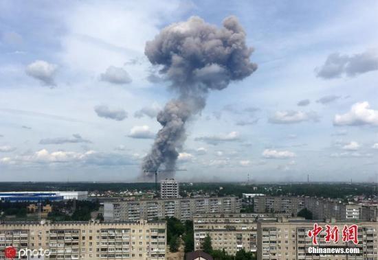 当地时间2019年6月1日,俄罗斯捷尔任斯克市,一家生产TNT的工厂车间发生爆炸,爆炸造成附近居民楼多间住宅的窗户玻璃破损。图为现场浓烟滚滚。图片来源:ICphoto