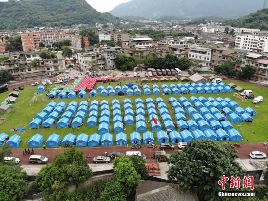 双河中学操场搭建起帐篷,用于灾区民众临时安置。张浪 摄