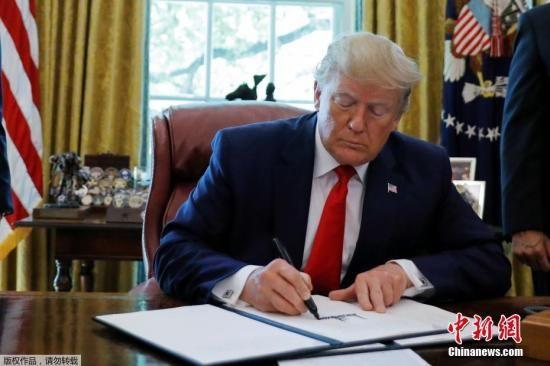 6月24日,美国总统特朗普在白宫椭圆形办公室展示签署的行政令,对伊朗最高领袖哈梅内伊及其领导下的机构实施制裁。