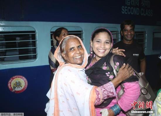 资料图:当地时间8月8日,巴基斯坦拉合尔火车站,民众乘坐列车抵达拉合尔火车站。巴基斯坦铁道部长拉希德周四的新闻发布会上表示,决定暂停运营开行在印巴之间的快速列车(又名友谊快车)。