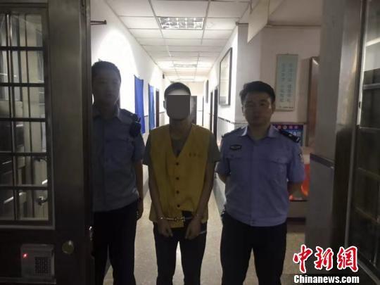 警方抓获一逃犯。警方供图