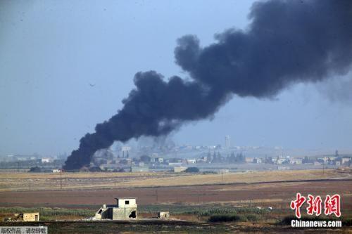 2019年10月9日,土耳其军队向叙北部发起军事行动,浓烟从叙利亚境内的目标升起。