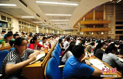 考生们参加考研培训班,备战考研。中新社记者 张勇 摄
