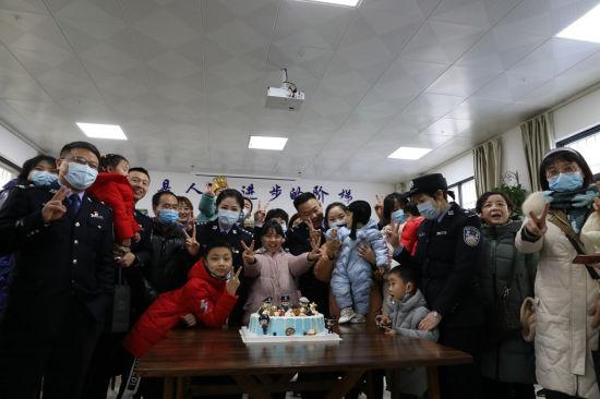 1月9日安康铁路公安处汉中站派出所民警与警嫂警宝一起切节日蛋糕。