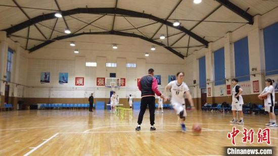 图为西安交通大学女子篮球队正在训练。 党田野 摄