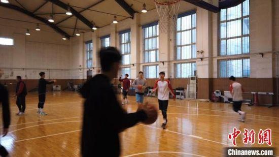 图为西安交通大学男子篮球队正在训练。 党田野 摄
