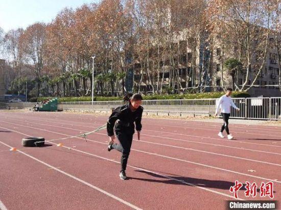 图为西安交通大学田径队队员郭梦月正在训练。 党田野 摄