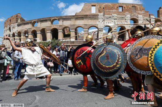 意大利罗马迎2770岁生日 古罗马士兵穿越街头