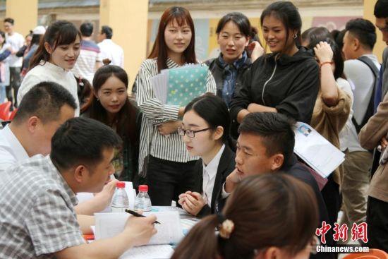 西藏自治区2017年高校毕业生专场招聘会举行